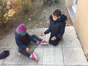 Offrez leur des jouets sophistiqués ! Ils vont jouer sur la terrasse avec  des cailloux ...