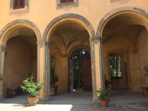 L'entrée principale vue de la cour intérieure