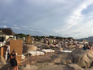 Au pied du fort de Baia Sardinia