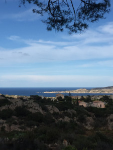 Au centre de l'île La Maddalena. Au fond, Caprera