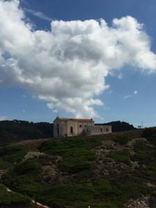 L'église perchée au  dessus du village